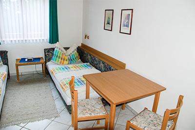Kisebb hálószoba asztallal